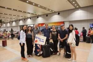Photo de groupe des techniciens du CCN – Ballet de Lorraine et de l'équipe de PPP à l'aéroport