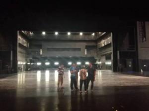 Pendant ce temps, l'équipe de techniciens de la compagnie visitait le National Center for the Performing Arts – Opera House.