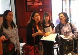 L'équipe de PPP a accueilli le groupe avec un discours de bienvenue à son arrivée à l'hôtel.