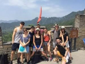 Un groupe de danseurs a visité la Grande Muraille de Chine pendant sa journée de repos.