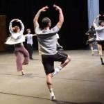 Avant les répétitions, les danseurs ont passé une heure à s'étirer et à s'échauffer, cela s'appelle aussi «faire la classe sur scène».