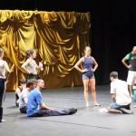 Les danseurs à l'écoute des instructions données par Tom pendant la répétition de Sounddance